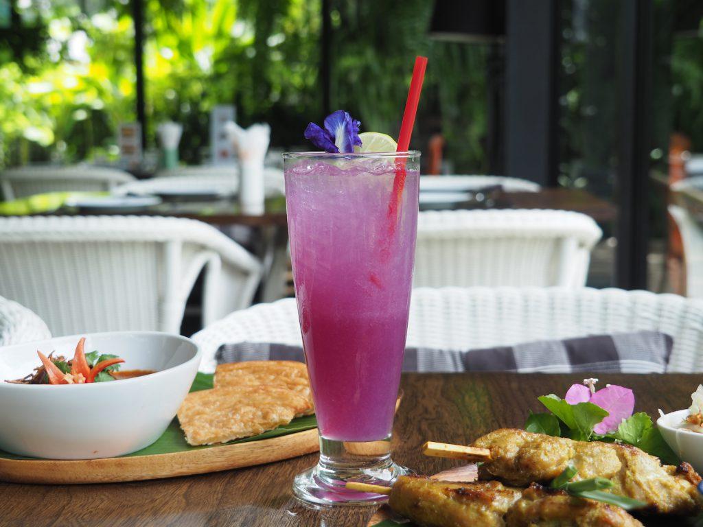 バンコクの一軒家タイ料理レストラン「タリンプリン」の「バタフライピーソーダ」