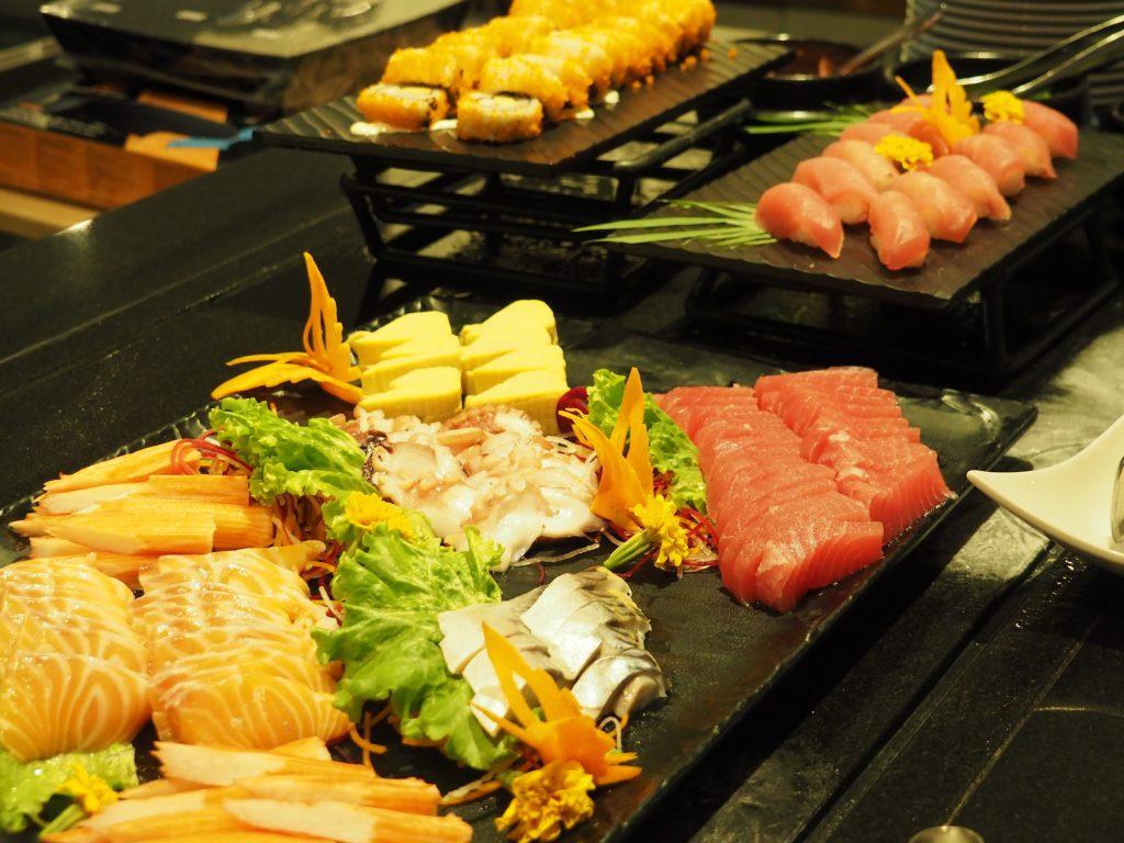 バンコクのホテルビュッフェ「レインツリーカフェ」の刺身・寿司コーナー
