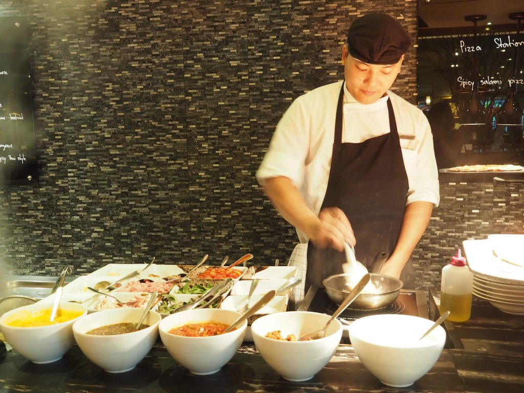 バンコクのホテルビュッフェ「レインツリーカフェ」のライブクッキングステーション(調理中)