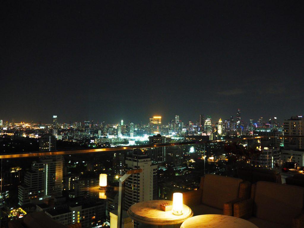 バンコクのルーフトップバー「ベルガ・ルーフトップバー&ブラッスリー」のテラス席から眺める夜景