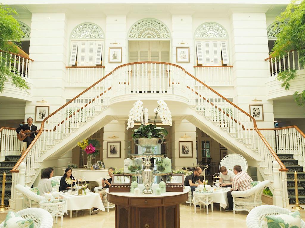 文豪たちが愛したタイの歴史あるホテルの白亜のラウンジ「オーサーズラウンジ」で愉しむ、優雅な英国式アフタヌーンティーの午後