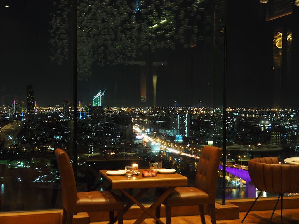 タイ・バンコクで美しい夜景に酔えるチャオプラヤー川沿いのルーフトップバー「シーン・レストラン&バー・バンコク」