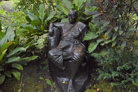 サティアン 銅像