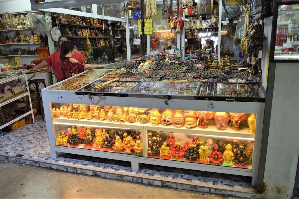 バンコクの「奇怪」展覧会の「タープラチャン市場」通称お守り市場