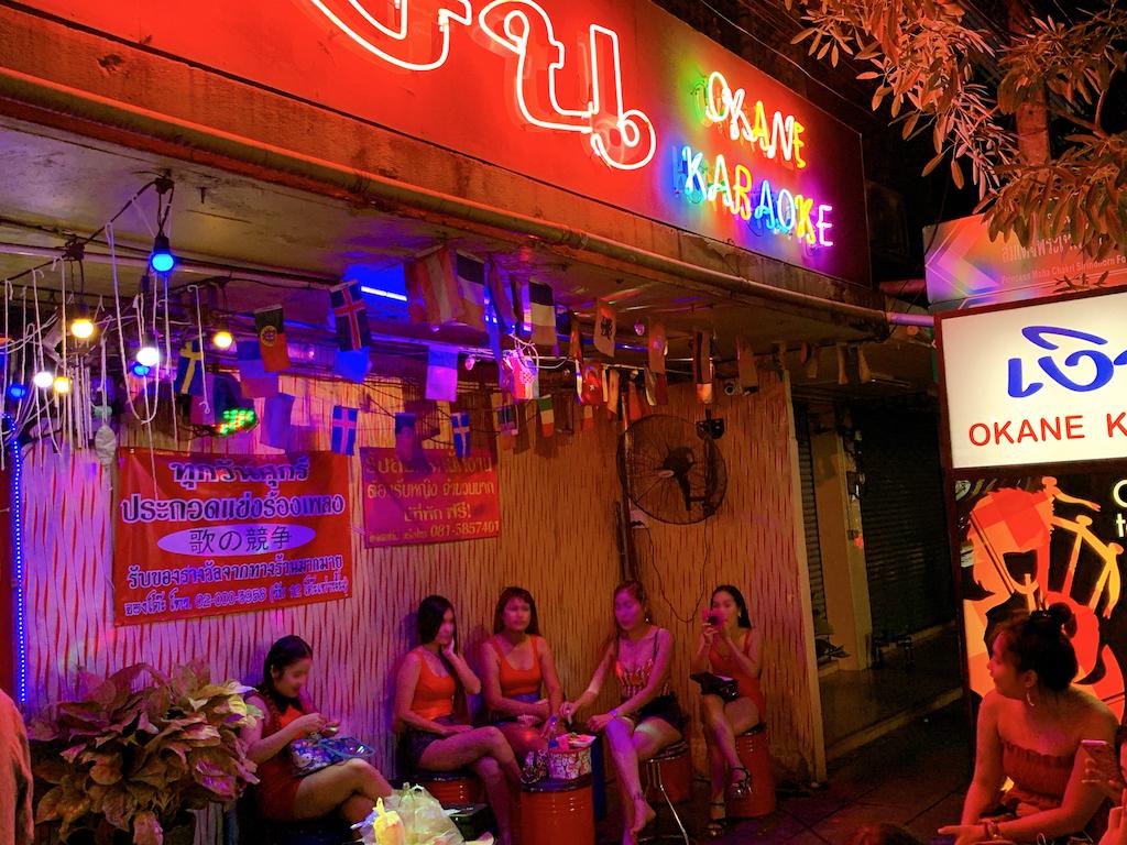 バンコク・プラカノンにあるタイのローカルカラオケその名も「おかね(เงิน)カラオケOKANE KARAOKE)」