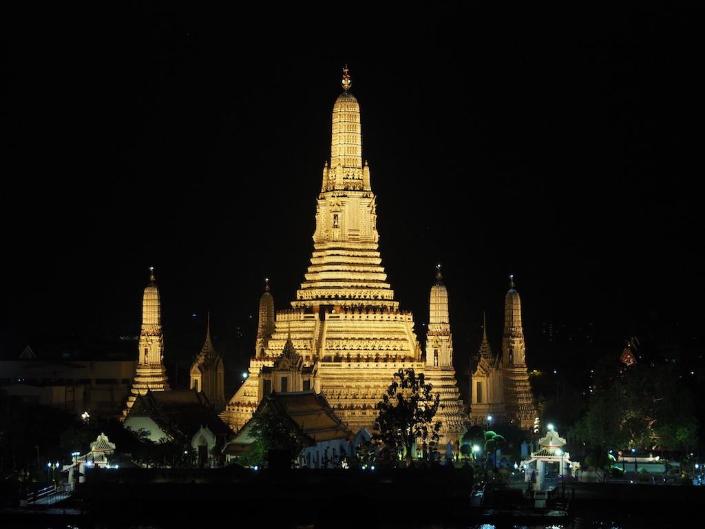 バンコクのチャオプラヤー川沿いに佇む、細やかな装飾を施した白亜の仏塔が美しい王室寺院「ワット・アルン」