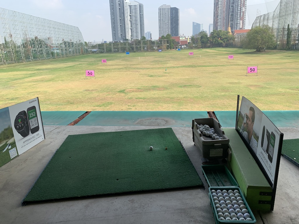 タイ・バンコク市内から近いバンナーにある芝からも打てるゴルフ練習場「Golf one O one Driving Range」